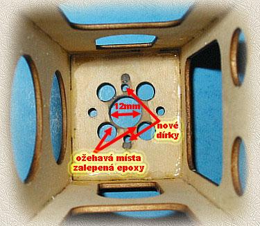 Pohled zespod mototového lože na přelepené a přebroušené díry epoxym